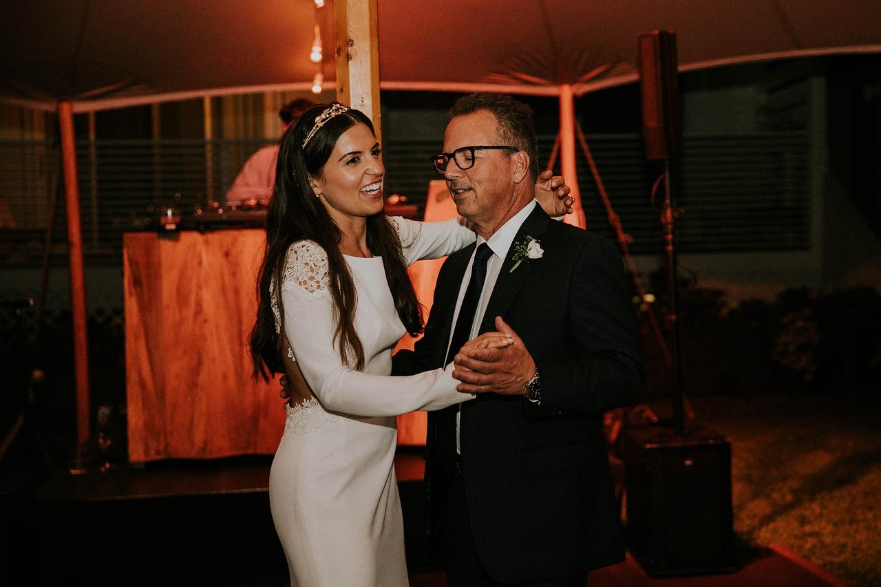Quels sont les différents styles de danse pour ouvrir votre bal de mariage avec votre père ?
